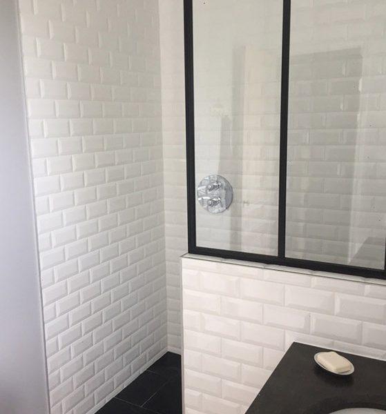 Salle de bain rétro chic, faïence métro et verrière