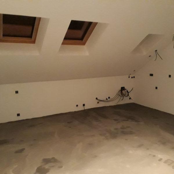 Installation électrique et sanitaire. Ragréage du sol.