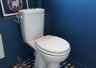 Rénovation d'un WC : peinture et pose de carreaux de ciment